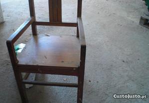 2 cadeiras em castanho