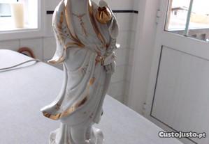 Deusa chinesa antiga. Porcelana branco com dourado