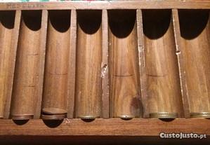 Expositor de moedas em madeira
