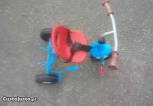 Triciclo chicco com travão e cinto segurança