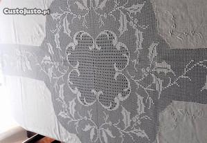 Toalha Banquete em Linho e Crochet, Bordada à mão