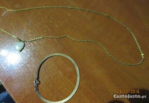 fio dourado e pulseira prateada