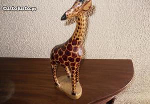 Girafa em madeira