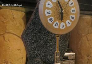 Relógio esculpido em pedra granito, preto