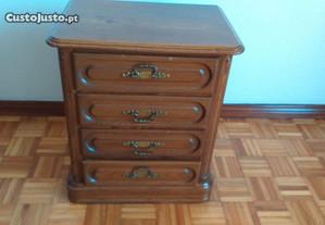 Mesa cabeceira em madeira maciça