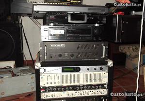 Rack com vário equipamento musical