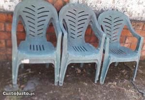 5 cadeiras em resina verdes