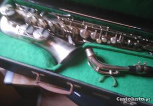 Saxofone alto com mala .