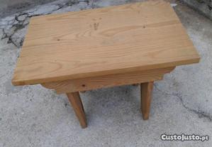 Banco pequeno em madeira maciça