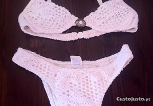 Bikini em renda branco.