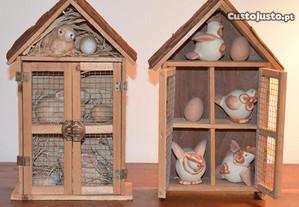 Gaiolas em madeira, com coelhos e galinhas