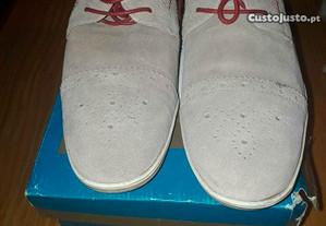 Sapatos homem bege claro com partes vermelhas