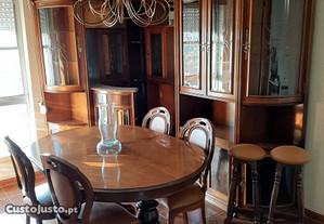 Sala de jantar com bar em cerejeira
