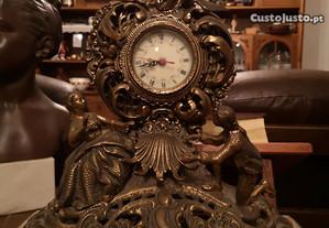 Relógio de mesa em metal com base em mármore.