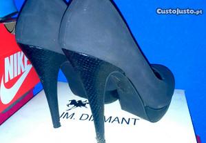 Sapatos cinzentos pretos cobra salto alto