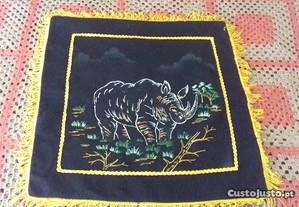 Almofada antiga com rinoceronte