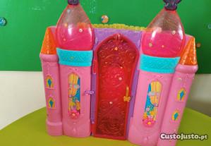 Castelo de princesa com os bonecos.