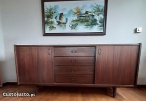Móvel de sala em madeira de pinho castanho escuro