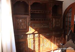 Móvel de sala em madeira maciça talhada.