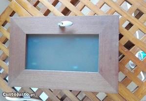 Chaveiro em madeira com porta em vidro