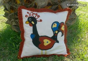 Almofada em linho bordada artesanalmente em lã