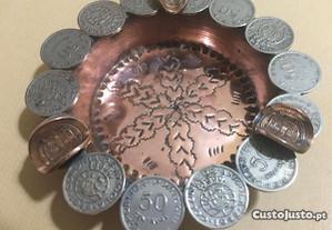 Cinzeiro em cobre com moedas 50 centavos de Angola