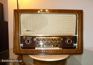 Rádio GRUNDIG a válvulas, de 1956, com FM