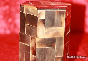 Caixa de madeira forrada a casca de tartaruga