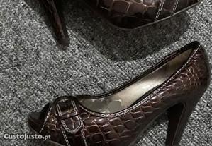 Sapatos de salto castanhos