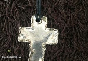 Colar com cruz metal