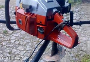 Maquina para abrir furos na Terra